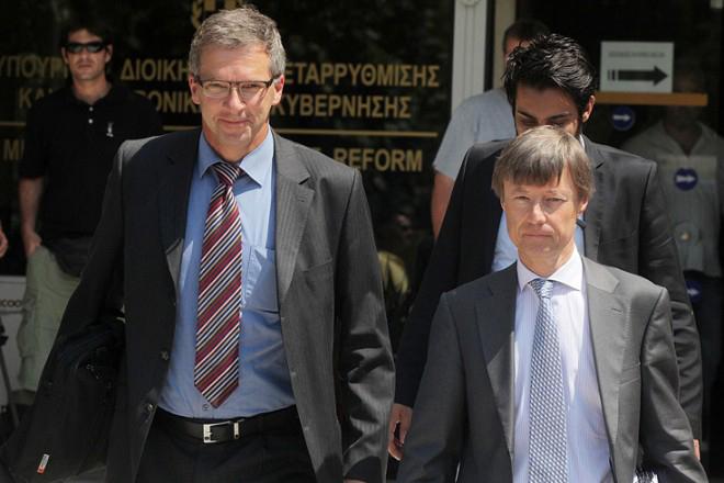 «Ψαλίδι» συντάξεων και αποδοχών στο Δημόσιο εξακολουθεί να ζητά η τρόικα