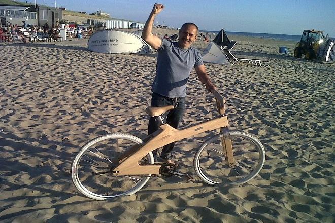 Με ξύλινο ποδήλατο στα Τρίκαλα ο «Mr. Coco-mat»