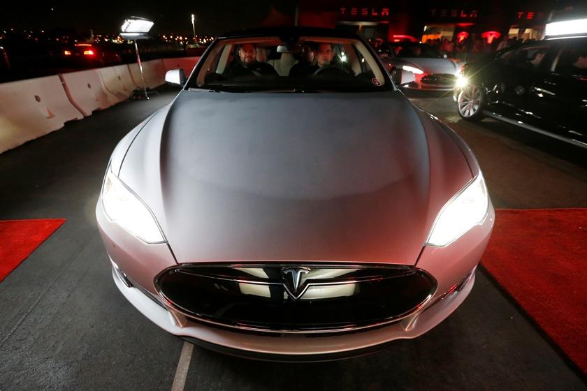 H Tesla αποκαλύπτει το αυτοκίνητο που «διαβάζει» πινακίδες