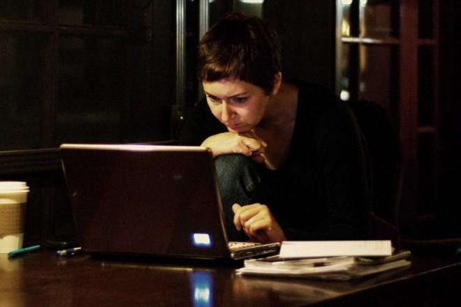 Γιατί πρέπει να υιοθετήσετε τα βραδινά email για τη δουλειά σας