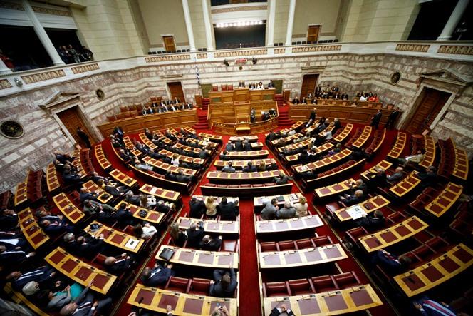 «Πράσινο φως» από τη Βουλή στην κατάργηση της μείωσης του αφορολόγητου – Απείχε η ΝΔ από την ψηφοφορία