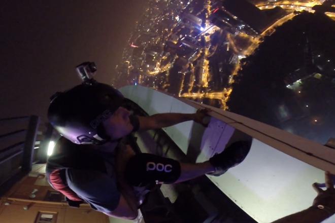 Βουτιά σε πισίνα από ουρανοξύστη 334 μέτρων!