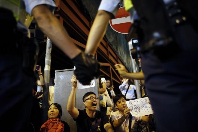 Ο Κάμερον καλεί τη Βρετανία να «υψώσει το ανάστημά της» υπέρ του Χονγκ Κονγκ