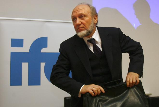 Ο σύμβουλος της Μέρκελ που προτείνει κούρεμα χρέους σε Ελλάδα και Πορτογαλία