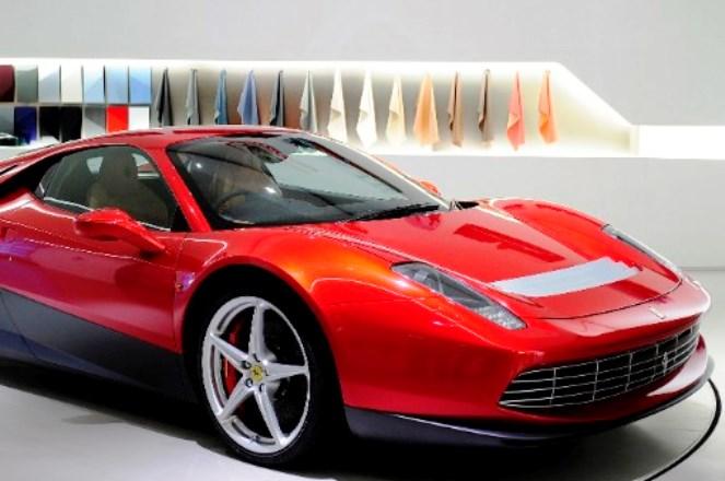 Το υπερ-αυτοκίνητο της Ferrari δικό σας μόνο κατόπιν πρόσκλησης…