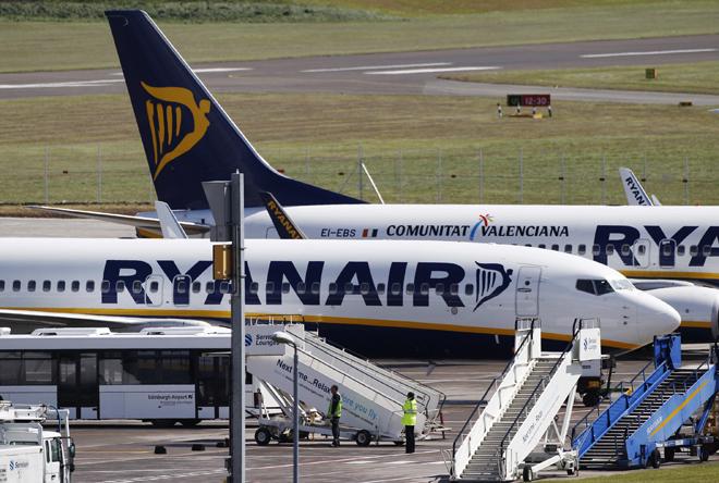 Επιβάτης της Ryanair απηύδησε και κατέβηκε από το… φτερό του αεροπλάνου!