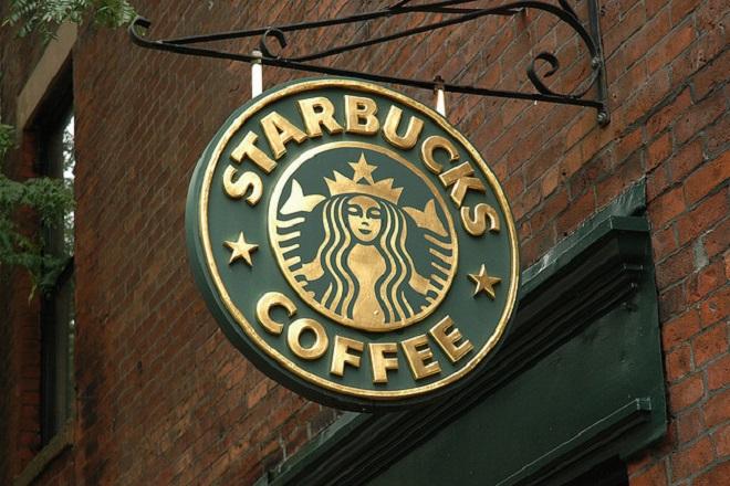 Starbucks με ένα τηλέφωνο στο γραφείο