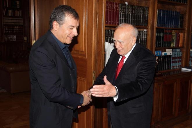 Εκλογές σε ένα χρόνο πρότεινε ο Σταύρος Θεοδωράκης στον Κάρολο Παπούλια