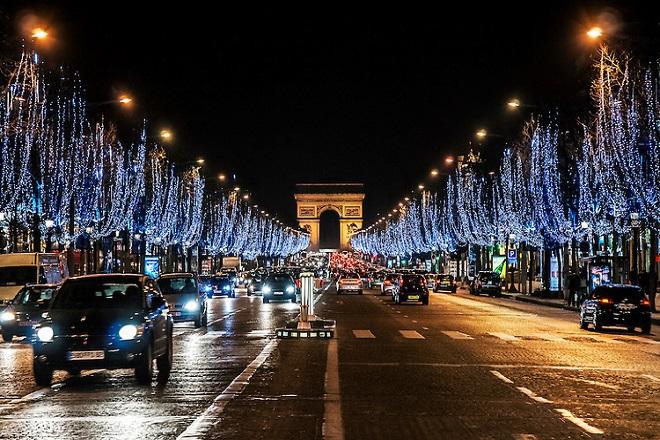 Γιατί το Παρίσι άναψε νωρίτερα τα Χριστουγεννιάτικα φώτα;