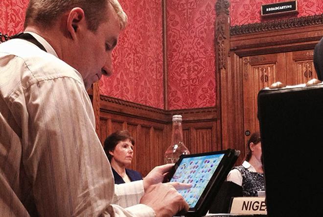 Σάλος από Βρετανό βουλευτή που έπαιζε Candy Crush στη βουλή