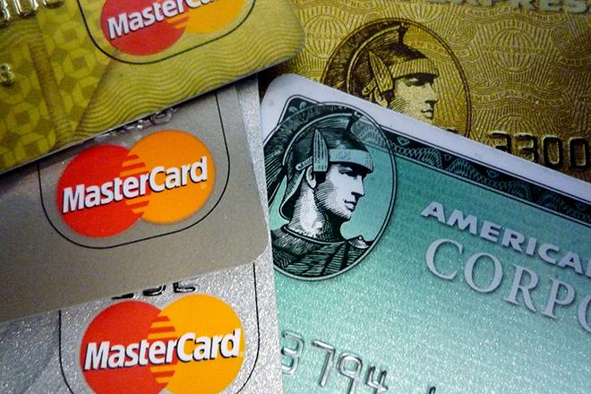 Καταγγελίες για αποκλεισμό πολιτών άνω των 67 ετών από έκδοση πιστωτικών καρτών