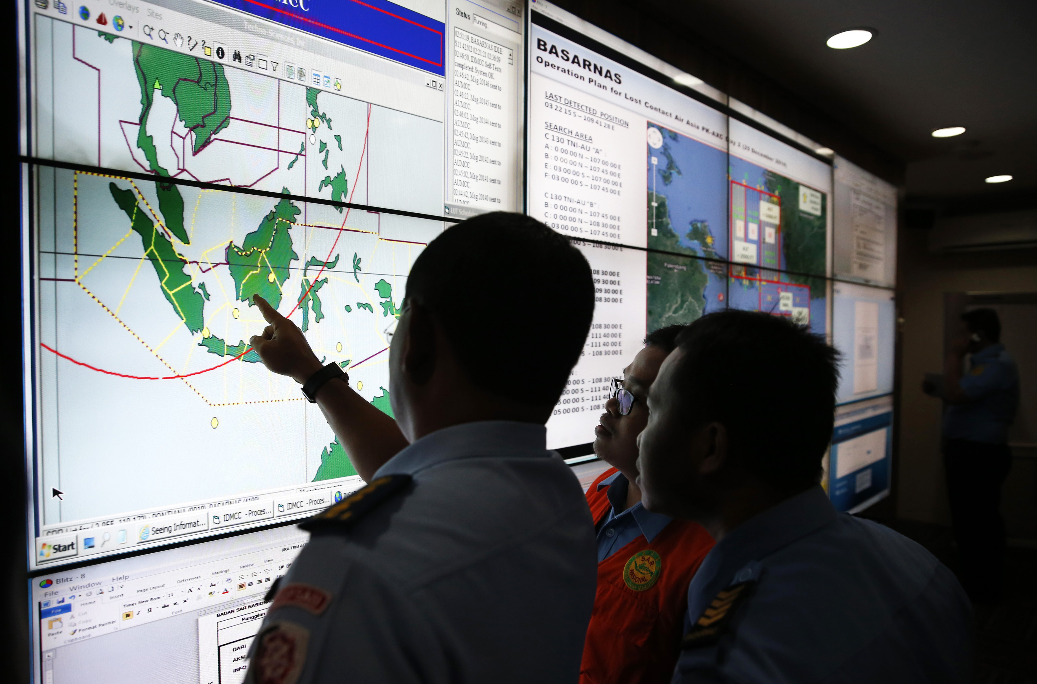 Συνεχίζονται οι έρευνες του χαμένου αεροσκάφους της AirAsia