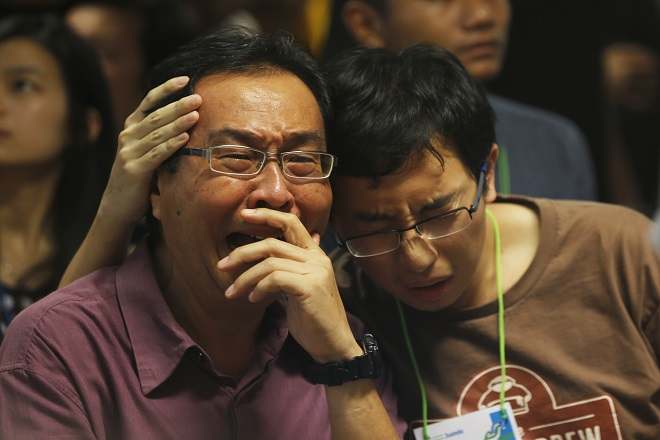 Από τη θάλασσα περισυλλέγονται οι σωροί των νεκρών επιβατών της AirAsia