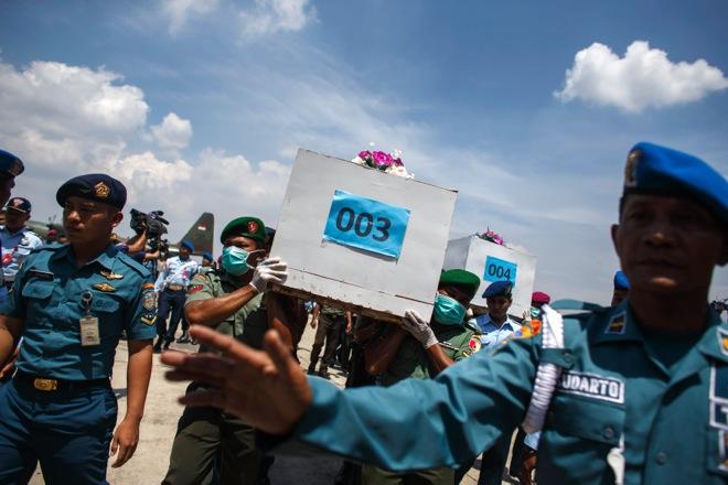 Συνεχίζεται η προσπάθεια ανεύρεσης των θυμάτων και του αεροσκάφους της AirAsia