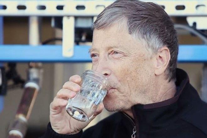 Ο Μπιλ Γκέιτς μετατρέπει περιττώματα σε νερό και πίνει μπροστά μας!