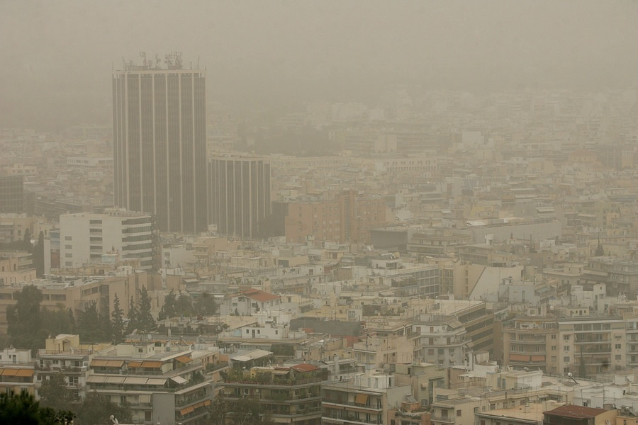 Καιρός σήμερα: Αποπνικτική ατμόσφαιρα με ζέστη και σκόνη από την Αφρική