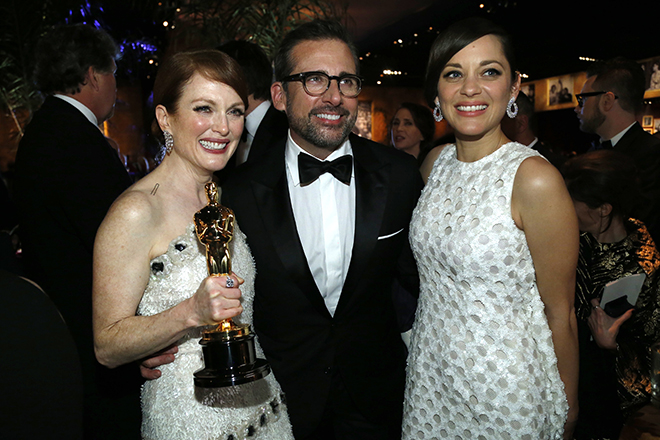 "Moore poses with her Oscar for best actress for her role in ""Still Alice"" with actors Carell and Cotillard at the Governors Ball following the 87th Academy Awards in Hollywood"
