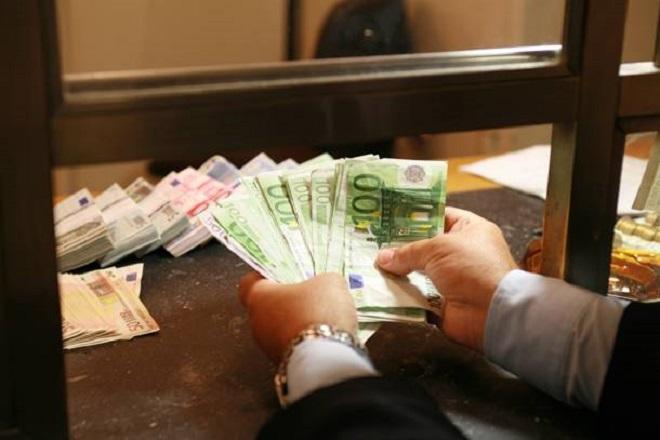 Με προμήθειες οι πληρωμές φόρων στα τραπεζικά γκισέ