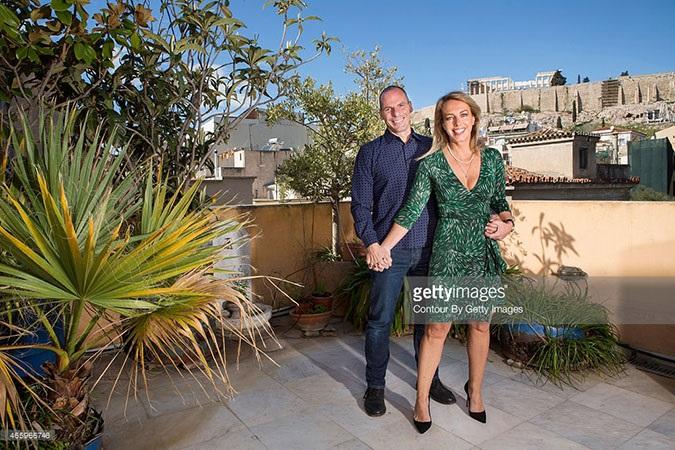 Το ζεύγος Βαρουφάκη ποζάρει για το Paris Match με φόντο την Ακρόπολη
