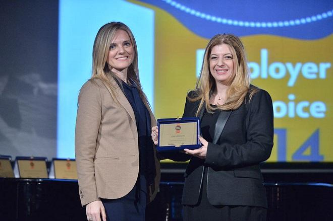 Η Νταίζη Θεοδώρου, HR Development Systems Section Manager παραλαμβάνει εκ μέρους της OTE- Cosmote το βραβείο από τη Διευθύντρια Πωλήσεων του Kariera.gr, Μαντώ Πατσαούρα
