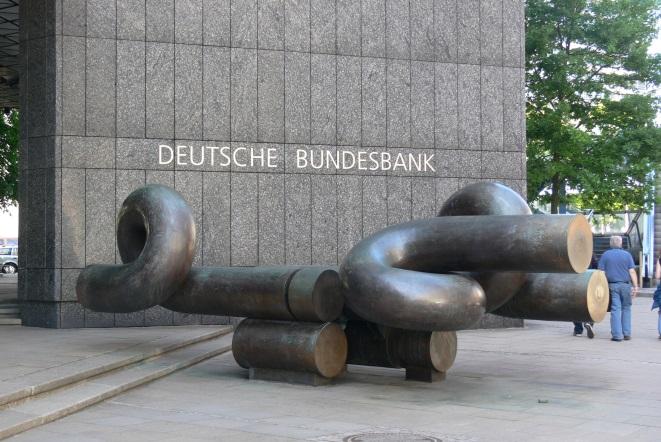 Στο ίδιο τραπέζι με τη Bundesbank θα καθίσουν σήμερα οι διοικήσεις ΤτΕ, ΣΕΒ και ΕΕΤ