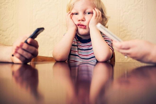 Πόσο «κακό» κάνουν τα smartphones στη σχέση με τα παιδιά σας;