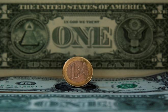 Η ΕΚΤ τα βάζει με το φτηνό δολάριο