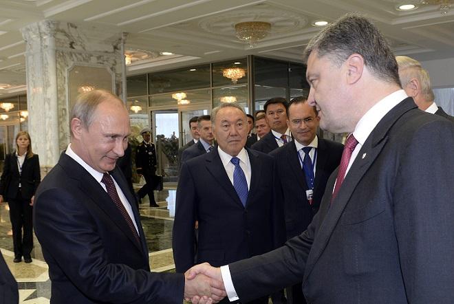 Aνεβαίνει επικίνδυνα το θερμόμετρο στην Ουκρανία – Διάταγμα για στρατιωτικό νόμο υπέγραψε ο Ποροσένκο