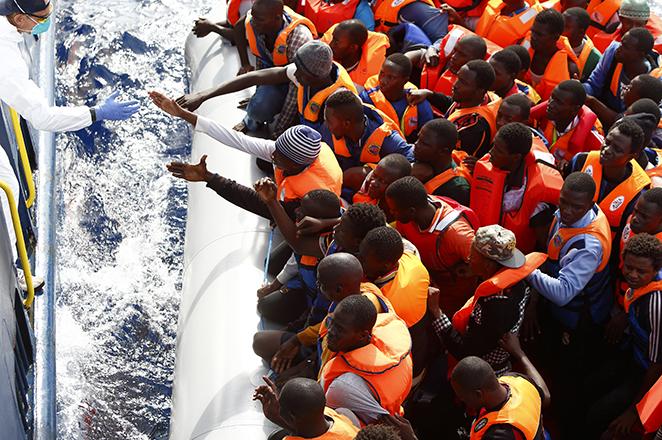 Ασύλληπτη τραγωδία στη Μεσόγειο: 100 πρόσφυγες και μετανάστες πνίγηκαν ανοιχτά της Λιβύης