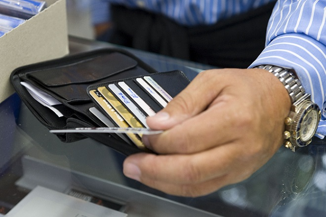 Οι Έλληνες «αγκαλιάζουν» γρήγορα το πλαστικό χρήμα