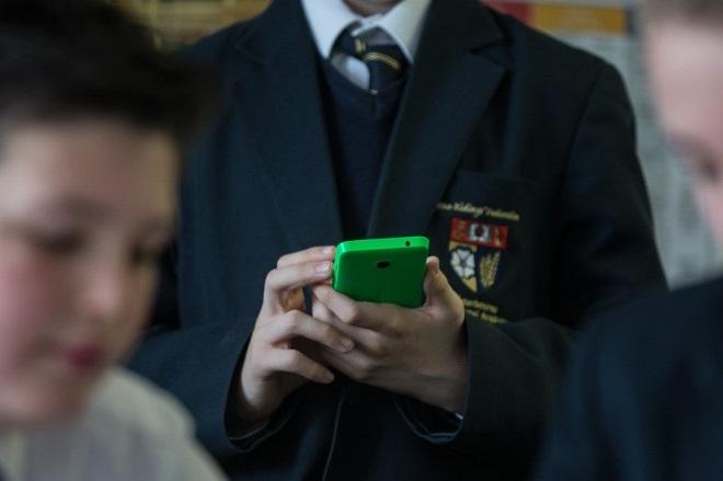 Πώς τα smartphones «ρίχνουν» την επίδοση των μαθητών