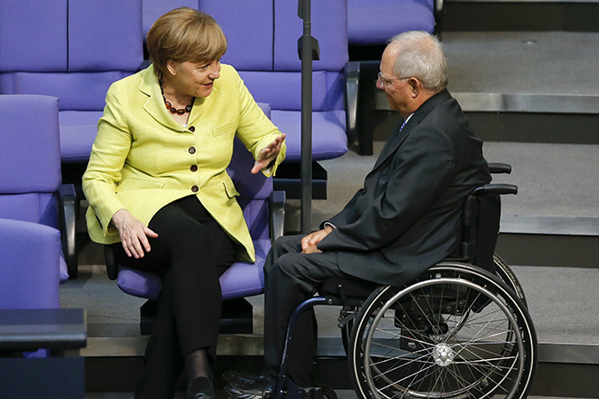 German Chancellor Angela Merkel (L) talks to Finance Minister Wolfgang Schaeuble during a debate of the Bundestag, the lower house of parliament, in Berlin, Germany,  May 21, 2015. Merkel said on Thursday that there would not be any Group of 8 meetings with Russia as long as it fails to comply with basic common values of democracy and states based on rules of law.     REUTERS/Fabrizio Bensch - RTX1DWR9