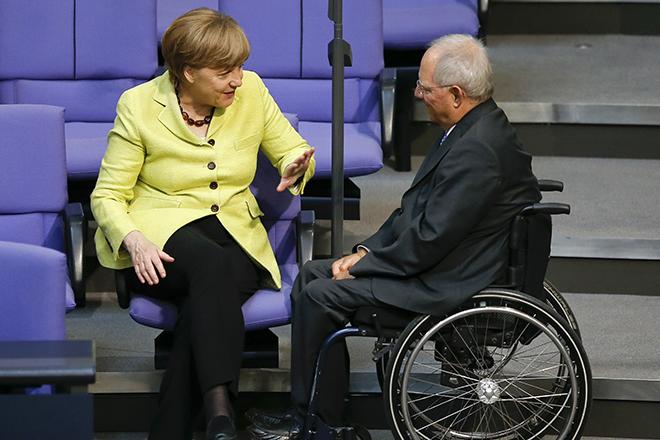 Ο Σόιμπλε έλυσε τη σιωπή του: Τι είπε ο ισχυρός πολιτικός για την απόφαση της Μέρκελ