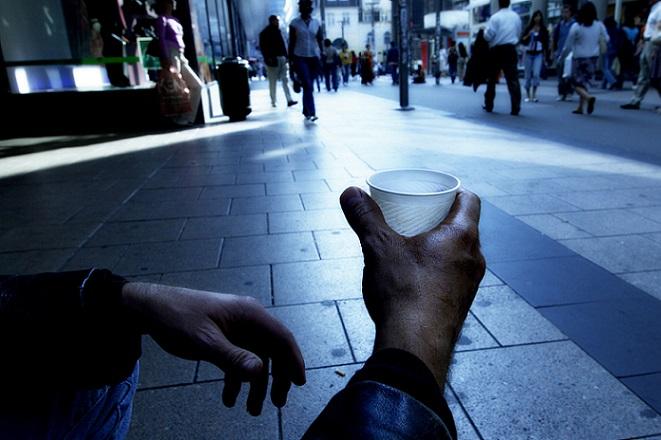 ΚΕΔΕ: Κίνδυνος φτώχειας για το 24,8% του πληθυσμού της Ε.Ε.