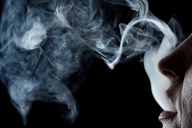Το κάπνισμα αυξάνει τον κίνδυνο εγκεφαλικού πριν από τα 50