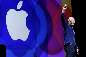 Apple CEO Tim Cook waves as he arrives on stage to deliver his keynote address at the Worldwide Developers Conference in San Francisco, California, United States June 8, 2015.  REUTERS/Robert Galbraith - RTX1FOLE