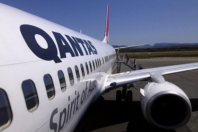 """Passengers board a Qantas Airways Boeing 737-800 plane from the tarmac of the Coolangatta Airport, also called Gold Coast Airport, in this picture taken October 25, 2014. Qantas Airways Ltd said on Friday that the heads of its two main divisions, international and domestic, """"decided to leave"""" the Australian carrier, four days after the airline said it expects to swing back to profitability. Qantas International Chief Executive Officer Simon Hickey and Qantas Domestic Chief Executive Officer Lyell Strambi will leave as the company takes a """"flatter"""" executive structure, Qantas said. Picture taken October 25, 2014.    REUTERS/David Gray      (AUSTRALIA - Tags: TRANSPORT BUSINESS) - RTR4HPMG"""