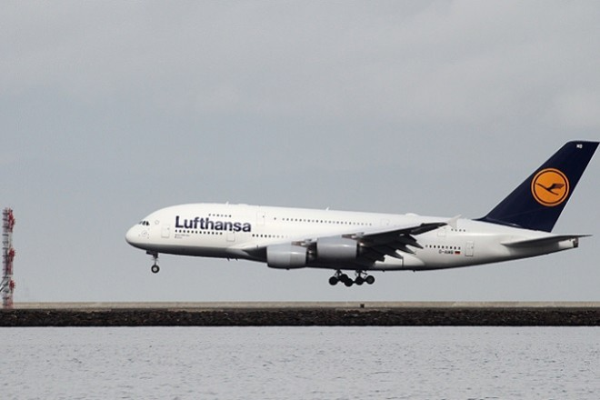 A Lufthansa Airbus A380-800 lands at San Francisco International Airport, San Francisco, California, February 7, 2015.   REUTERS/Louis Nastro - RTR4XN7G