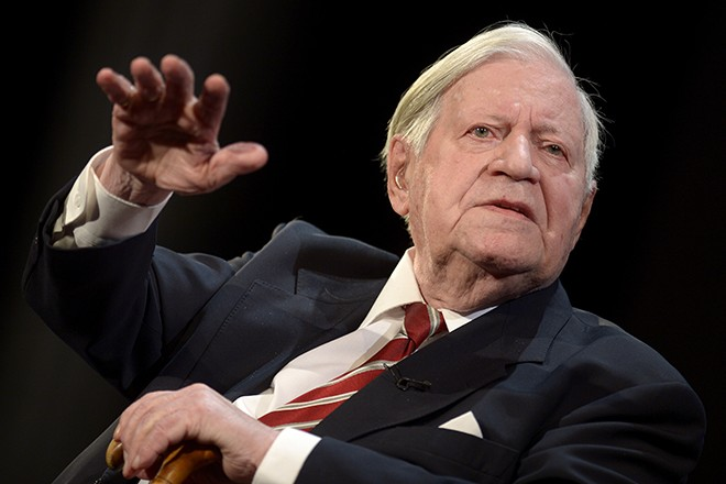 "The 95-years old former German Chancellor Helmut Schmidt gestures during his speech at his birthday party, organized by German weekly magazine ""Die Zeit"", in a theater in Hamburg, January 19, 2014. Schmidt had celebrated his 95th birthday on December 23, 2013. REUTERS/Fabian Bimmer (GERMANY - Tags: POLITICS) - RTX17L91"