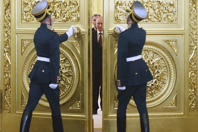 Honour guards open the doors for Russia's President Vladimir Putin, Crimea's Prime Minister Sergei Aksyonov, parliamentary speaker Vladimir Konstantinov and Sevastopol Mayor Alexei Chaliy before a signing ceremony at the Kremlin in Moscow March 18, 2014. Putin and two Crimean leaders signed a treaty on Tuesday on making the Ukrainian Black Sea peninsula a part of Russia. The signing in the Kremlin came two days after Crimeans voted overwhelmingly to secede from Ukraine and join Russia in a referendum condemned by the Ukrainian government, the United States and the European Union as illegitimate. REUTERS/Sergei Ilnitsky/Pool (RUSSIA - Tags: POLITICS) - RTR3HKLL