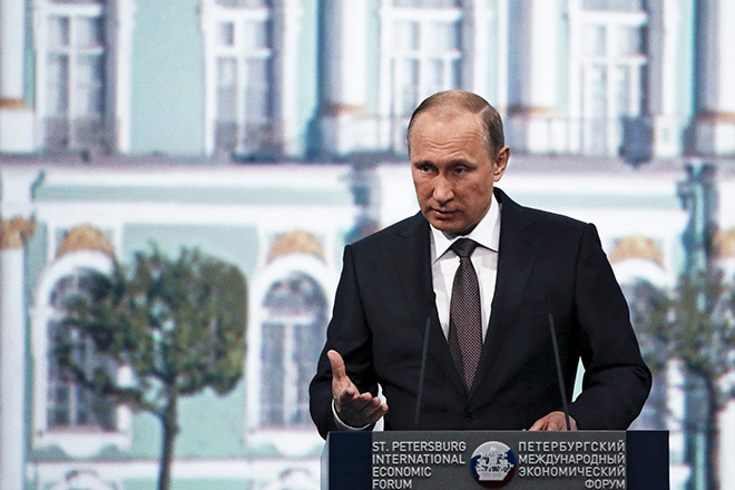 Russian President Vladimir Putin speaks during a session of the St. Petersburg International Economic Forum 2015 (SPIEF 2015) in St. Petersburg, Russia, June 19, 2015. Putin said on Friday Russia was doing well in tackling its economic crisis, aggravated by Western sanctions over the Ukraine crisis and a fall in global oil prices. REUTERS/Grigory Dukor - RTX1H8RC