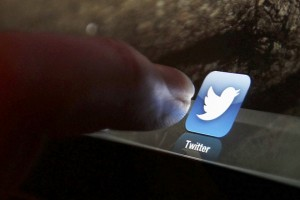 An illustration picture shows the log-on icon for the Website Twitter on an Ipad in Bordeaux, Southwestern France, January 30, 2013.  REUTERS/Regis Duvignau (FRANCE - Tags: SCIENCE TECHNOLOGY BUSINESS) - RTR3D6NN
