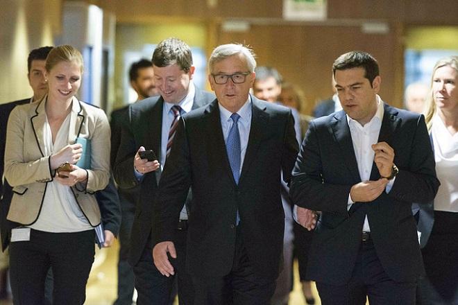 Αγεφύρωτο το χάσμα κυβέρνησης – θεσμών παρά τη συνομιλία Τσίπρα-Γιούνκερ