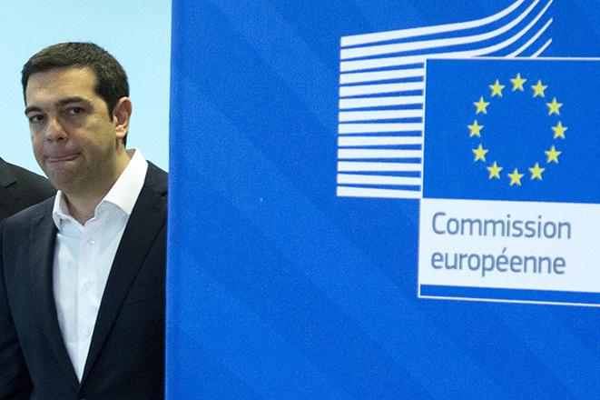 Η Κομισιόν «ξεψαχνίζει» τις εξαγγελίες Τσίπρα για ΦΠΑ και 13η σύνταξη