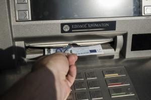Εξήντα ευρώ, το όριο της ημερήσιας ανάληψης φαίνονται σε χαρτονομίσματα των είκοσι ευρώ κατά την διάρκεια ανάληψης σε ATM της Εθνικής Τράπεζας Ελλάδος. Αθήνα, Ελλάδα. Δευτέρα 29 Ιουνίου 2015. Κλειστές παραμένουν οι τράπεζες μέχρι και τη Δευτέρα 6 Ιουλίου, σύμφωνα με τη σχετική Πράξη Νομοθετικού Περιεχομένου που έχει δημοσιευθεί στο ΦΕΚ. Οι καταθέσεις είναι πλήρως διασφαλισμένες διαβεβαιώνει η κυβέρνηση. Η καταβολή των συντάξεων εξαιρείται από τους περιορισμούς τραπεζικών συναλλαγών. ΑΠΕ-ΜΠΕ/ΑΠΕ-ΜΠΕ/Φώτης Πλέγας Γ ΑΠΕ-ΜΠΕ/ΑΠΕ-ΜΠΕ/Φώτης Πλέγας Γ.
