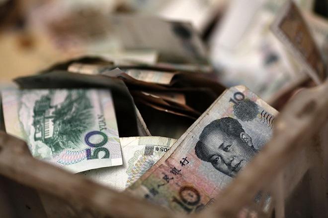 Οι Κινέζοι μετατρέπουν τα γουάν σε δολάρια υπό το φόβο υποτίμησης