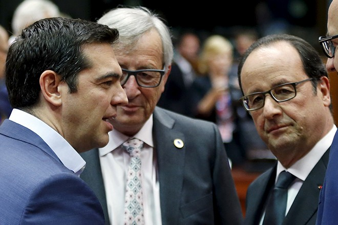 (L-R) Greece's Prime Minister Alexis Tsipras talks to European Commission President Jean-Claude Juncker and France's President Francois Hollande during an euro zone leaders summit in Brussels, Belgium, July 12, 2015.  REUTERS/Francois Lenoir - RTX1K2XS