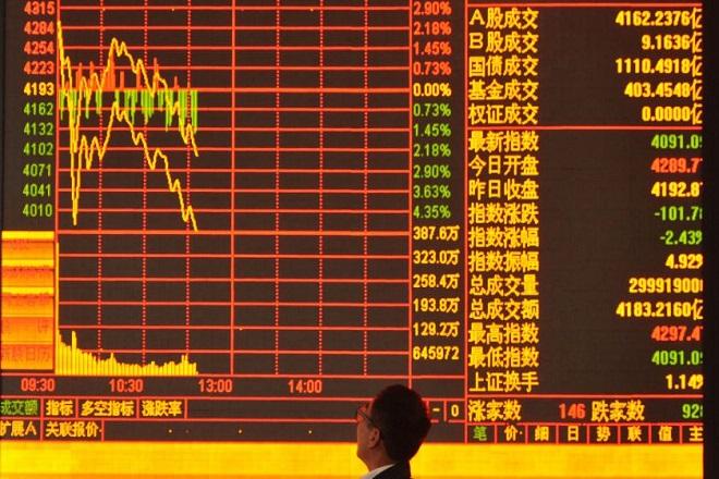 Η απειλή της επιβολής δασμών από τις ΗΠΑ βουλιάζει τις μετοχές κινεζικών εταιρειών και οδηγεί σε έξοδο τις αμερικανικές