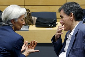 """International Monetary Fund (IMF) Managing Director Christine Lagarde talks to Greek Finance Minister Euclid Tsakalotos (R) during a euro zone finance ministers meeting in Brussels, Belgium, July 12, 2015. Euro zone leaders will fight to the finish to keep near-bankrupt Greece in the euro zone on Sunday after the European Union's chairman cancelled a planned summit of all 28 EU leaders that would have been needed in case of a """"Grexit"""".  REUTERS/Francois Lenoir - RTX1K290"""