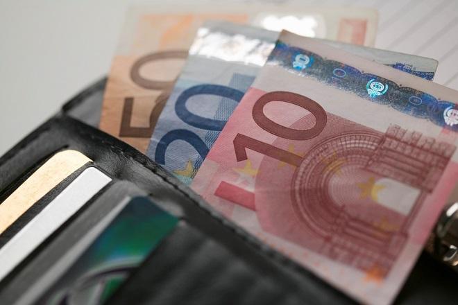Οι Έλληνες επιμένουν τοις μετρητοίς